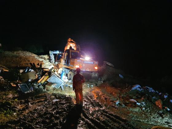 8일 오후 10시40분쯤 전북 장수군 번암면 교동리 한 마을의 산사태 매몰 현장에서 소방당국이 구조 작업을 벌이고 있다. 이 사고로 50대 부부가 숨진 채 발견됐다. 전북소방본부 제공=뉴스1