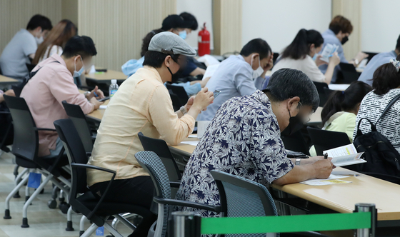 지난달 15일 서울 중구 서울고용복지플러스센터에서 구직자들이 실업급여설명회를 듣고 있다. 코로나19여파로 6월 실업자가 IMF외환위기 이후 21년 만에 최대를 기록했다. 뉴스1