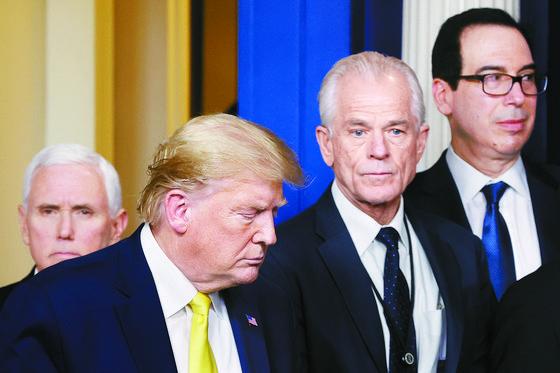 왼쪽부터 마이크 펜스 부통령, 도널드 트럼프 대통령, 피터 나바로 백악관 무역제조업정책국장, 스티븐 므누신 재무장관. 나바로와 므누신은 대통령이 보는 앞에서 틱톡을 두고 설전을 벌였다. 로이터=연합뉴스