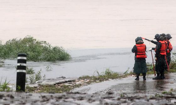 의암댐 선박 전복 사고 발생 나흘째인 9일 강원 춘천시 서면 당림리 인근 북한강에서 군장병들이 실종자 수색에 나서고 있다. [연합뉴스]