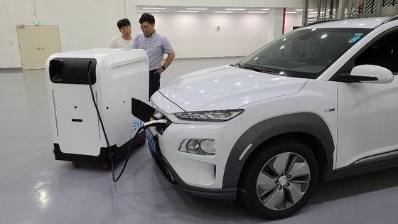 정부가 시범사업으로 추진중인 '전기차 이동형 충전기' 시연 모습. 뉴스1