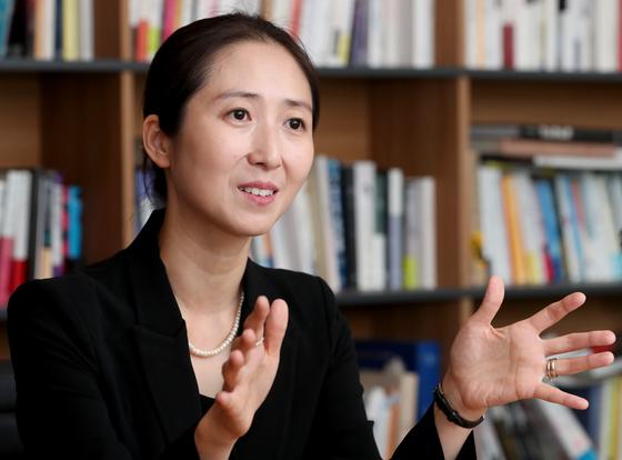 김희은 아시아태평양전략센터 이사장이 중앙일보 사옥에서 한국의 실용적 외교전략에 대한 자신의 견해를 설명하고 있다. 최정동 기자