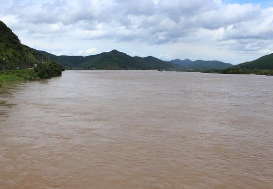 폭우로 낙동강 제방이 무너진 9일 경남 창녕 적포교에서 바라보는 낙동강 물이 불어있다. 연합뉴스