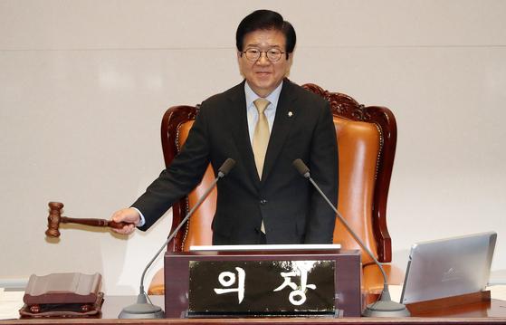 박병석 국회의장이 30일 오후 서울 여의도 국회에서 열린 본회의에서 의사봉을 두드리고 있다. [뉴스1]