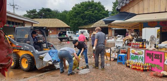9일 오전 경남 하동군 화개장터에서 상인이 폭우로 침수된 마을을 복구하고 있다. [사진 경남 하동군 제공]