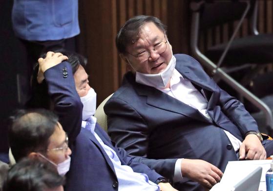 더불어민주당 김태년 원내대표(오른쪽)와 김진표 의원이 4일 오후 국회 본회의에서 대화하고 있다. [연합뉴스]