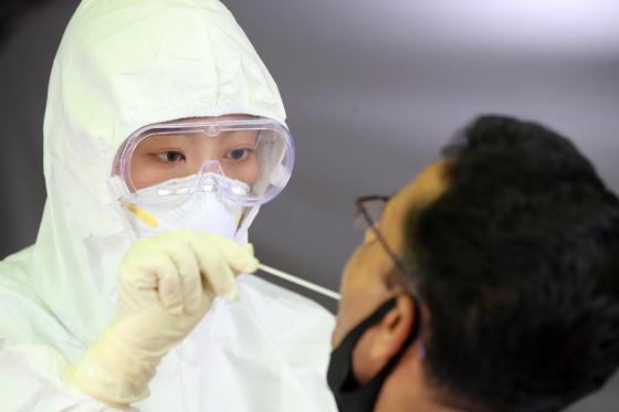 코로나 보호복을 입은 의료진. 뉴스1