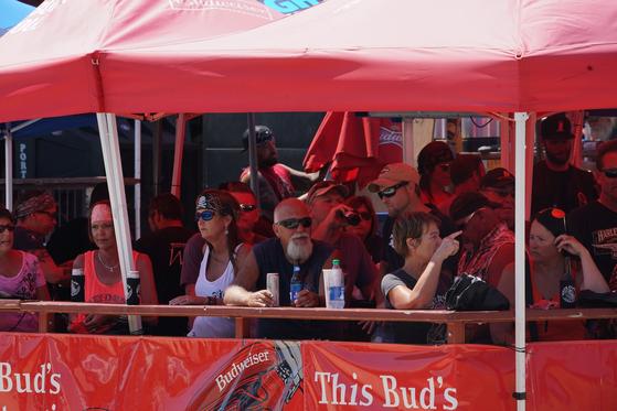 8일 미국 사우스다코타주에서 열린 바이크 행진 참가자들이 텐트에 촘촘히 앉아 있다. 주 정부와 행사 주최측은 마스크 착용을 의무화하지 않았다. 미국에서 코로나19가 통제되지 않는 이유다. 행사에는 약 25만 명이 참가할 것으로 예상된다. [AFP=연합뉴스]