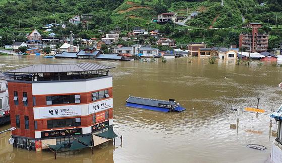 폭우가 내린 8일 오후 경남 하동군 화개장터 일대 마을이 물에 잠겨 있다. 독자 제공. 연합뉴스