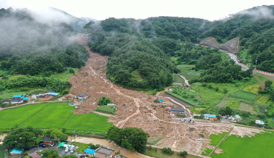 8일 오후 전남 곡성군 오산면 한 마을에 산사태로 주택과 마을에 토사가 뒤덮혀 있다. 전날 발생한 산사태는 주택을 덮쳐 5명이 매몰돼 모두 숨졌다. 프리랜서 장경필