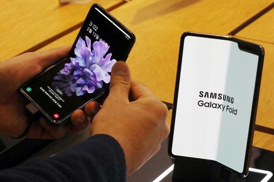 삼성디스플레이의 폴더블 OLED 패널이 들어가는 갤럭시Z플립(왼쪽)과 갤럭시폴드. [뉴스1]