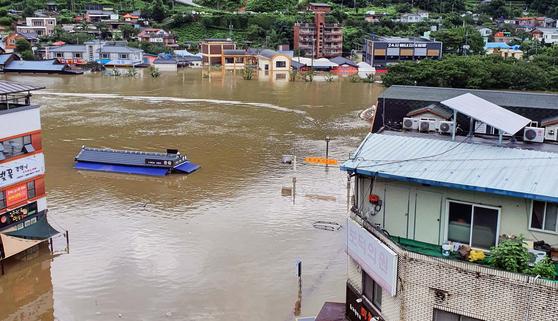 폭우가 내린 8일 오후 경남 하동군 화개장터 일대 마을이 물에 잠겨 있다. [연합뉴스]