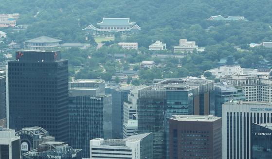 상위 5%의 세부담 비중이 소득비중 대비 3배에 이르는 것으로 나타났다. 서울 남산타워에서 보이는 빌딩숲 뒤로 청와대가 보이고 있다. 뉴스1