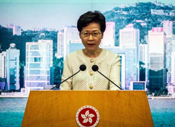 지난 7월 6일(현지시간) 캐리 람 홍콩 행정장관이 기자회견을 열고 홍콩 국가보안법을 설명하고 있다. [AFP=연합뉴스]