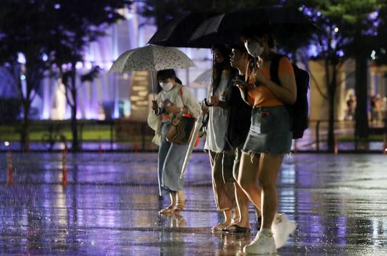 서울 등 중부지방에 호우주의가 발효된 8일 저녁 서울 여의도 버스환승센터 인근에서 시민들이 발걸음을 재촉하고 있다. 뉴스1