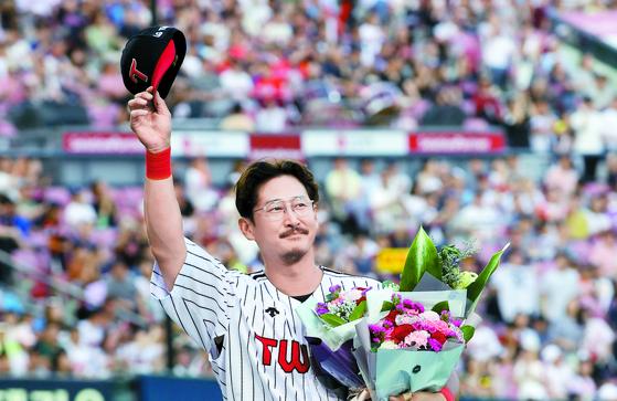 LG 박용택이 2018년 6월 KBO 리그 통산 최다 안타 기록을 달성한 뒤 기념 꽃다발을 들고 팬들에 인사를 건네고 있다. [연합뉴스]