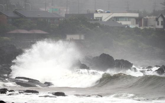 제5호 태풍 '장미'가 제주도에 근접한 10일 오전 제주 서귀포시 표선읍 토산2리 해안가에 강한 파도가 몰아치고 있다. [연합뉴스]