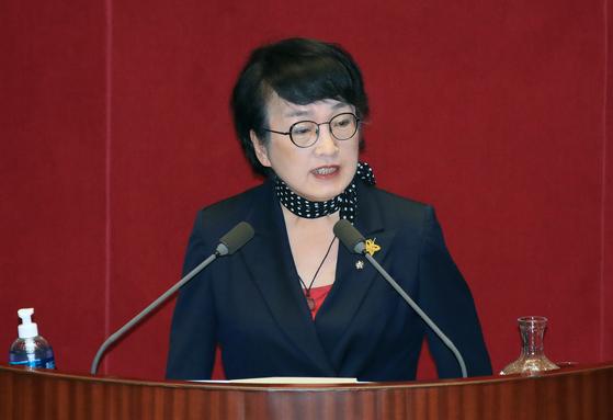 김진애 열린민주당 원내대표가 4일 오후 국회 본회의에서 토론하고 있다. 연합뉴스