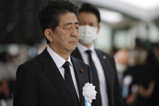 지난 6일 일본 히로시마 평화공원을 찾은 아베 신조 총리가 1945년 8월 6일 미국의 원자폭탄 투하로 숨진 희생자들을 기리며 묵념하고 있다. 이날 원폭 투하 75주년 행사 참석으로 아베 총리는 49일 만에 공개 석상에 모습을 드러낸 게 됐다. [로이터=연합뉴스]