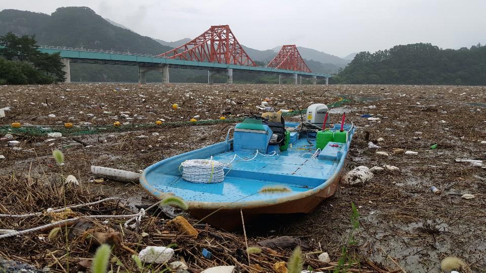 지난 5일 오전 충북 제천시 청풍호에 집중호우로 떠내려온 부유물이 가득 차 있다. 뉴스1