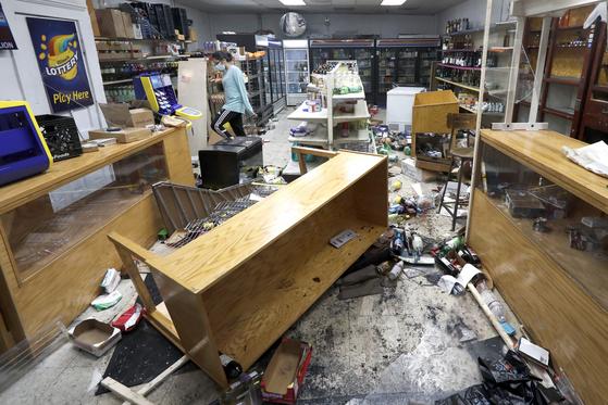 10일(현지시간) 새벽 미국 시카고에서 대규모 폭동이 일어난 가운데 피해를 입은 식료품점의 모습. [AP=연합뉴스]