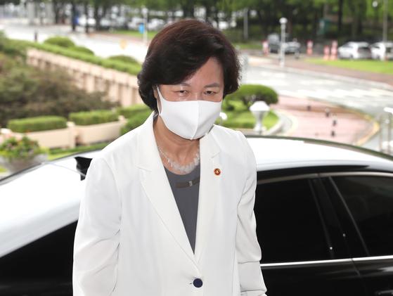 추미애 법무부 장관이 10일 오전 경기도 정부과천청사 법무부로 출근하고 있다. 연합뉴스