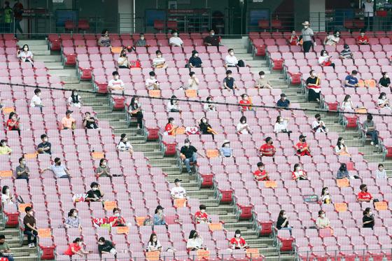 (광주=뉴스1) 한산 기자 = 프로야구 경기에 관중 입장이 재개된 지난 4일 오후 광주 북구 광주-기아챔피언스필드에서 열린 LG 트윈스와 KIA 타이거즈 경기에서 관중들이 띄엄띄엄 앉아 있다. 뉴스1