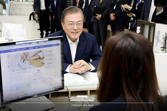 문재인 대통령이 지난해 8월 26일 서울 중구 NH농협은행 본점에서 주식형 펀드인 '필승코리아 펀드'(NH-Amundi 필승코리아증권투자신탁 상품)에 가입하고 있다. 뉴스1