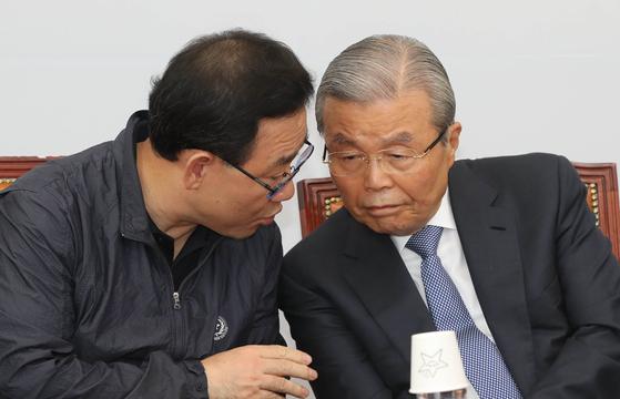미래통합당 김종인 비상대책위원장(오른쪽)과 주호영 원내대표가 10일 국회에서 열린 비상대책위원회의에 참석해 이야기하고 있다. 오종택 기자