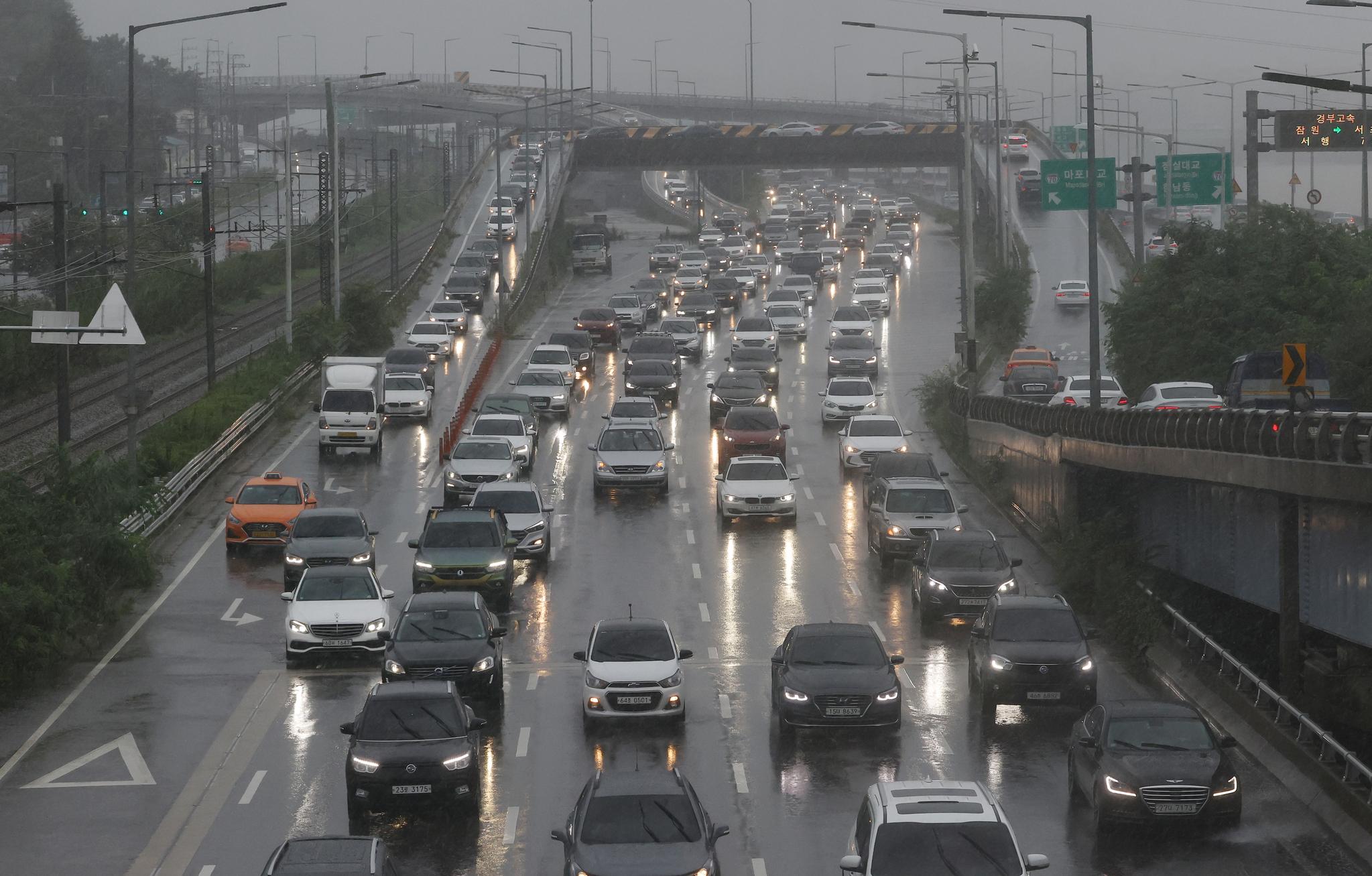 서울 전역을 비롯한 수도권에 호우 경보가 발령된 9일 오후 서울 반포대교 인근 강변북로 위로 차량이 전조등을 켜고 다니고 있다. 연합뉴스