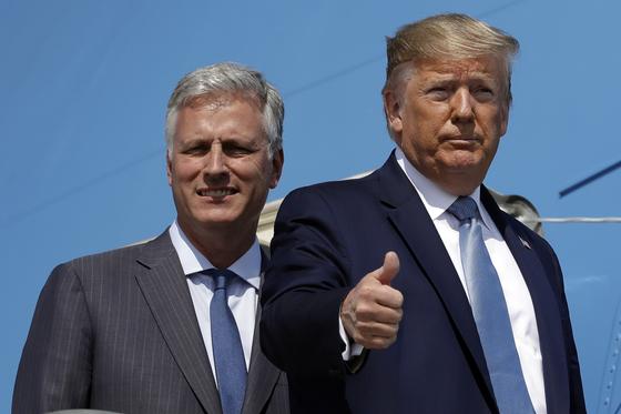로버트 오브라이언 미국 백악관 국가안보보좌관이 지난해 9월 로스엔젤레스 공항에서 도널드 트럼프 대통령과 함께 대통령 전용기인 에어포스원에 오르고 있다. [AP=연합뉴스]