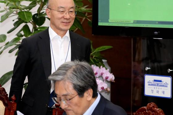 지난해 12월 2일 오후 청와대 여민관에서 열린 수석.보좌관회의에서 김조원 민정수석이 자리를 찾으며 입장하고 있다. 청와대사진기자단