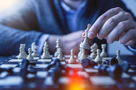 컴퓨터와의 체스 대결 (출처: Unsplash)