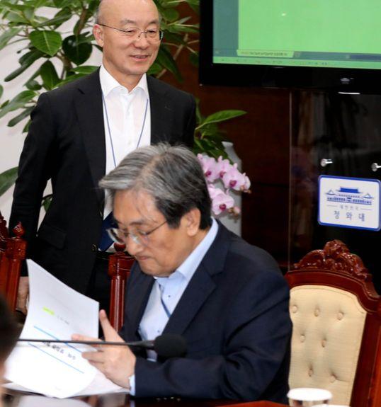 지난해 12월 청와대 여민관에서 열린 수석·보좌관회의에서 노영민 대통령비서실장(오른쪽)이 서류를 보는 가운데 김조원 민정수석이 자신의 자리로 향하고 있다. [청와대사진기자단]