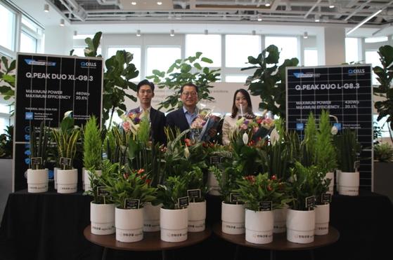 한화큐셀 김희철 대표가 화훼농가를 돕는 '플라워 버킷 챌린지'에 동참했다.