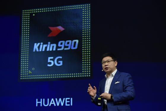 리처드 유 화웨이 소비자비즈니스그룹 CEO가 지난해 9월 독일 베를린에서 열린 IFA 2019에서 스마트폰 '메이트 30'에 들어간 칩셋 기린 990을 소개하고 있다. [AFP=연합뉴스]