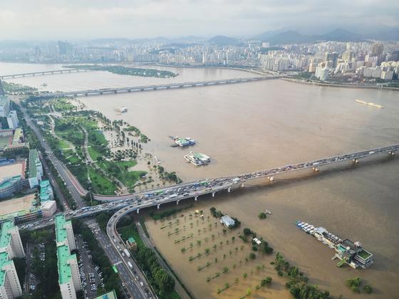 수도권 집중호우 팔당댐, 소양감댕 방류로 한강 수위가 높아지면서 9년만에 한강 본류에 '홍수주의보'가 발령된 지난 6일 서울 영등포구 63아트에서 바라본 한강 일대가 물에 잠겨있다. 뉴스1