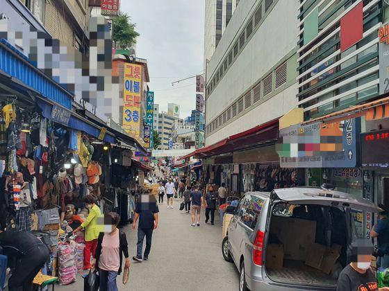 지난 6월 서울 남대문시장 거리의 모습. 코로나19 이전과 비교해 '매우 한산한 수준'이라고 상인들은 말했다.해당 사진은 코로나19 확진자가 발생한 케네디 시장과 무관함. [중앙포토]
