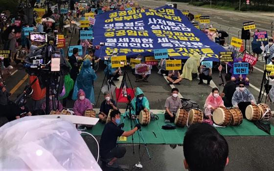부동산 악법저지 국민행동 집회에서 대형 현수막을 펼친 집회 참가자들. 문희철 기자
