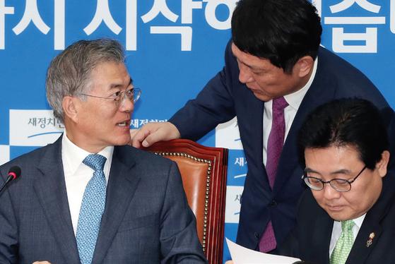 2015년 6월 새정치민주연합 대표이던 문재인 대통령과 최재성 당시 사무총장이 회의에 앞서 이야기를 하고 있다. [중앙포토]