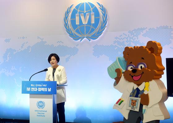 김정숙 여사가 지난달 8일 오전 서울 관악구 국제백신연구소(IVI)에서 열린 'IVI 연대·협력의 날 - 백신, 한 방울의 기적' 행사에서 회원국들과의 연대와 협력을 당부하는 발언을 하고 있다. [청와대사진기자단]