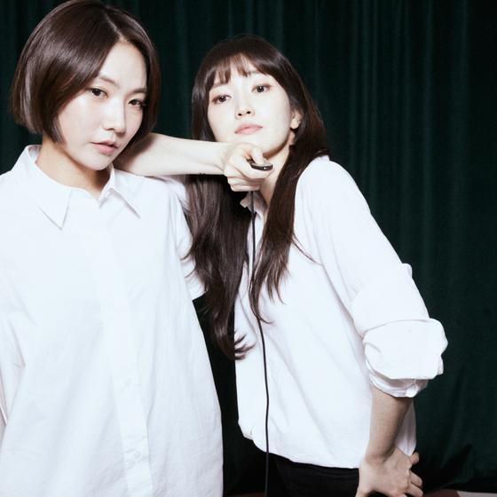 올해로 데뷔 10주년을 맞은 옥상달빛의 박세진(왼쪽)과 김윤주. [사진 매직스트로베리사운드]