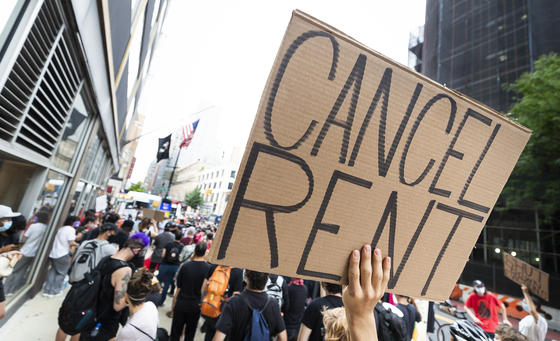 지난 6일 뉴욕 맨해튼에서 '월세 파업' 운동 시위가 열리고 있다. EPA=연합뉴스