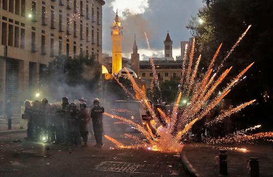 '베이루트 폭발 참사'에 항의하는 반정부 시위대가 던진 폭죽이 10일(현지시간) 레바논 의회 인근에서 폭발하며 화염을 일으키고 있다. AFP=연합뉴스