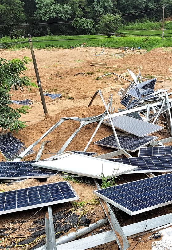 충북 제천 산비탈에 설치했던 태양광발전설비가 8일 최근 내린 큰 비에 무너져 있다. 뉴시스