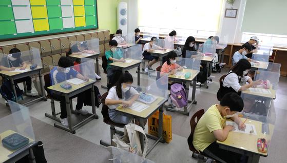 초·중·고등학교 4차 등교가 시작된 지난 6월, 서울 노원구 공릉동 서울용원초등학교에서 학생들이 수업을 받고 있다. 뉴스1