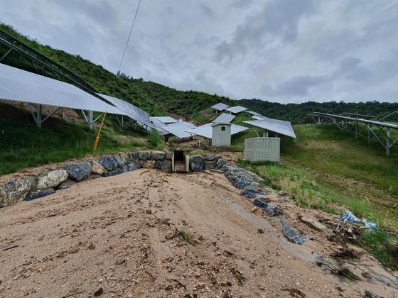 충북 제천시 봉양읍 공전리에 설치된 산지 태양광발전 시설이 최근 내린 폭우로 토사가 유출돼 농경지를 덮쳤다. 발전소 곳곳은 도랑이 깊게 파이고 배수로도 훼손됐다. 최종권 기자