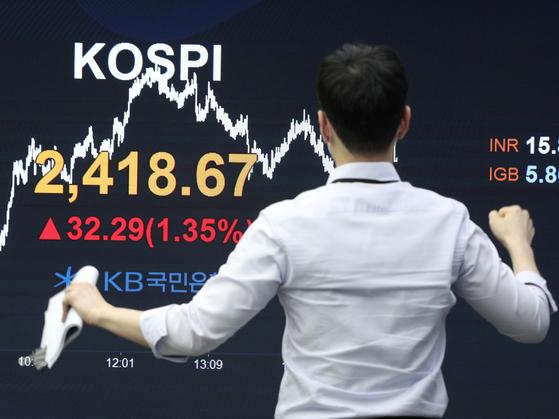 11일 오후 서울 영등포구 국민은행 여의도지점 스마트딜링룸에서 직원이 업무를 보고 있다. 이날 코스피는 전거래일 대비 32.29포인트(1.35%) 오른 2418.67을 기록했다. 뉴스1