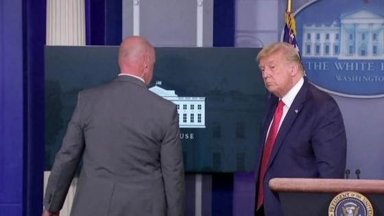 미국 도널드 트럼프 대통령이 10일(현지시간) 백악관에서 기자회견 도중 총소리가 울리자 경호원의 안내를 받아 떠나고 있다.