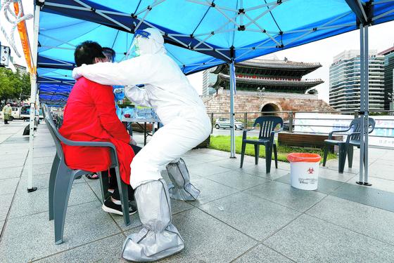 코로나19 확진자가 발생한 서울 남대문시장 상인들이 10일 임시 선별진료소에서 검사를 받고 있다. 김성룡 기자
